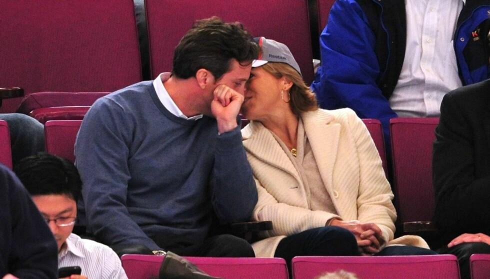 ROMANTISK: I mars i år var Katie Couric og  Brooks Perlin på Ottawa Senators vs New York Rangers-kamp i Madison Square Garden i New York City, og kjærligheten blomstret mellom de to den gang. Foto: All Over Press