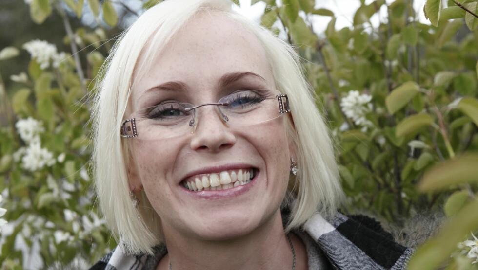 GLAD OG FORNØYD: – Jeg ønsker ikke å sutre, men det har vært et lite handicap, sier Bente. Frem til nylig har hun levd med skjeling på øynene. Foto: TV 2