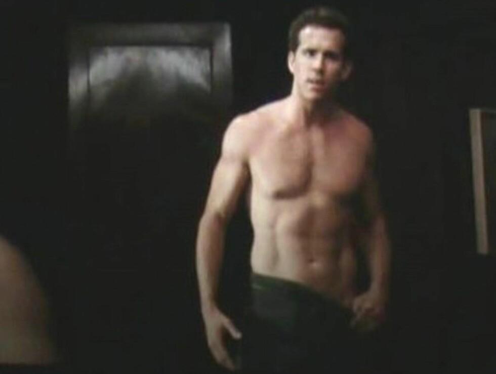 <strong>NESTEN NAKEN:</strong> Ryan Reynolds (35) var på et tidspunkt kun iført hånkle da han spilte mot Sandra Bullock i filmen The Proposal. Foto: Stella Pictures