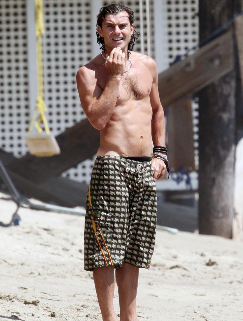 <strong>MANNEBEIN:</strong> Gavin Rossdale (46), ektemannen til Gwen Stefani, koser seg på stranden i California.  Foto: Stella Pictures