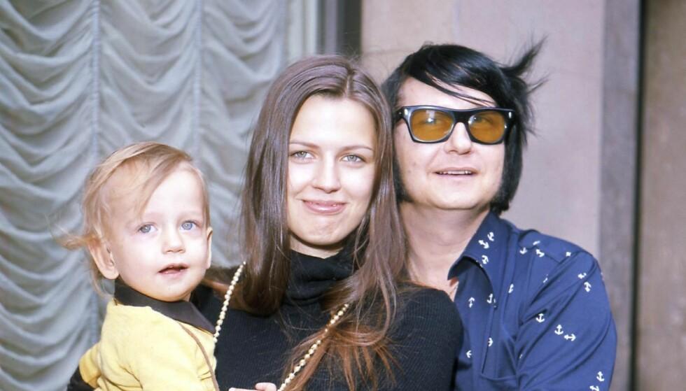 GIFTET SEG SOM TENÅRING: Barbara Orbison sammen med ektemannen Roy, og et av barna deres, i 1972. Denne uken døde hun 60 år gammel. Foto: All Over Press