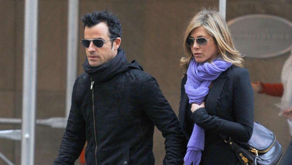 RØYKFRI: Jennifer Aniston avslører at hun har sluttet å røyke, og at hun har lagt på seg av det. Her er hun sammen med kjæresten Justin Theroux. Foto: All Over Press