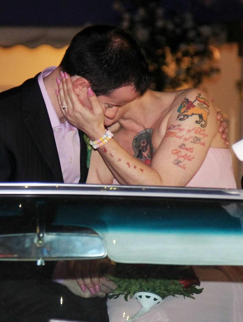 SE, SÅ FORELSKET: Det nygifte ekteparet strålte om kapp foran de tårevåte bryllupsgjestene. Foto: All Over Press
