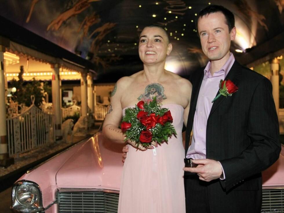 GIFTET SEG: Sinead O'Connor og Barry Herridge sa ja til hverandre i Las Vegas torsdag. Foto: All Over Press
