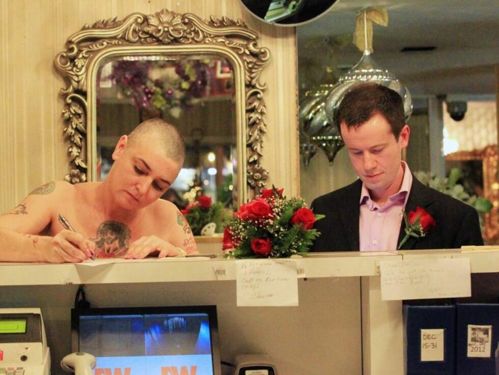 SIGNERTE: Sinead O'Connor og Barry Herridge tar pennen fatt. Dermed er det offisielt. Foto: All Over Press
