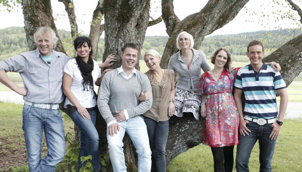 BONDEROMANTIKK: Jakten-bondene Linda Bjørnes, nummer to fra venstre, og Svein Ragnvald Bøylestad (helt til høyre) skal ha vært på stevnemøter sammen.  Foto: TV 2