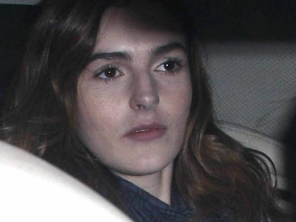 SLITEN: Det ser ut til at modelljobbingen tar på den 17 år gamle jenta.  Foto: All Over Press