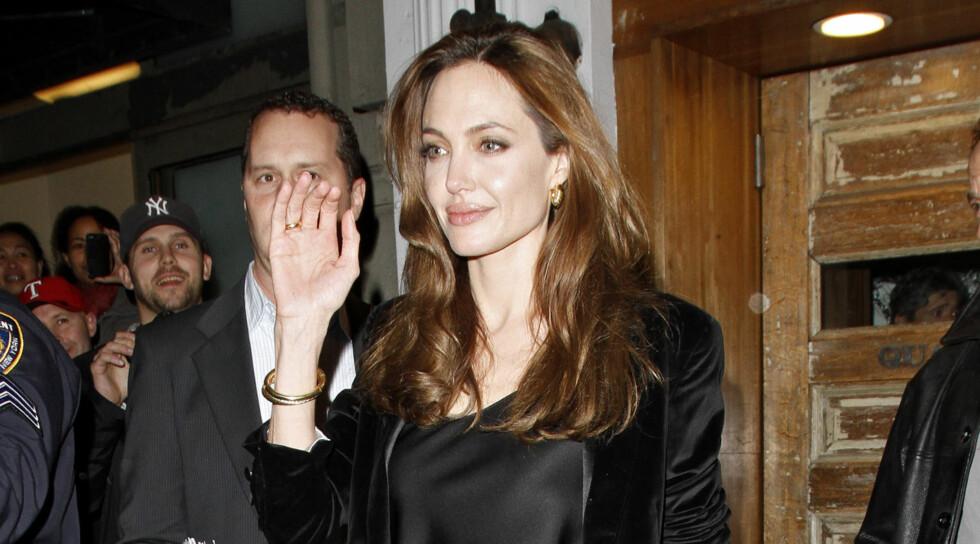 PÅ BYEN: Angelina Jolie dro på byen i New York med 15 venninner kvelden etter at hun tok med svigerforeldrene på premiere. Foto: All Over Press