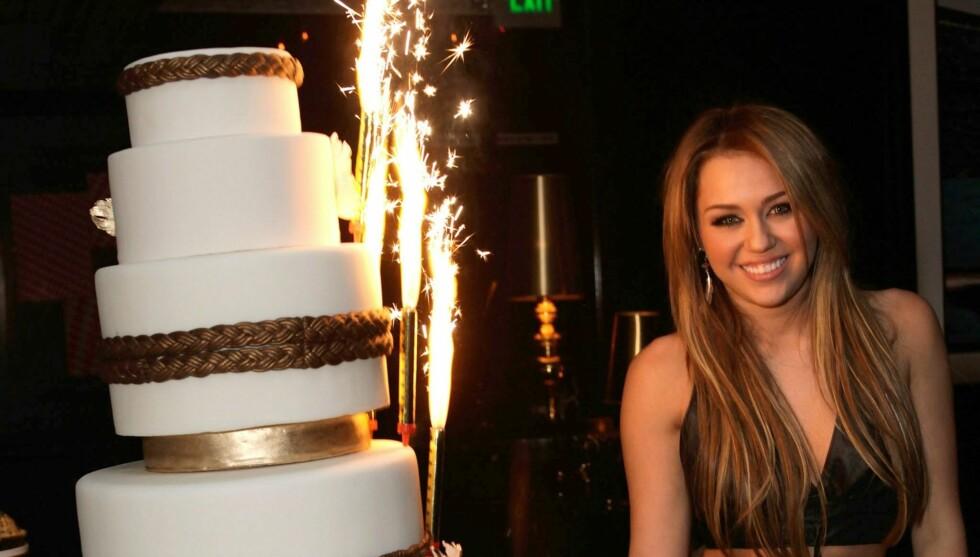 OVERRASKET VENNENE: Miley Cyrus skal ha kalt seg selv et «dophue» da hun i forrige uke feiret sin 19-års dag. Dette bildet er fra fjorårets bursdagsfeiring. Foto: All Over Press