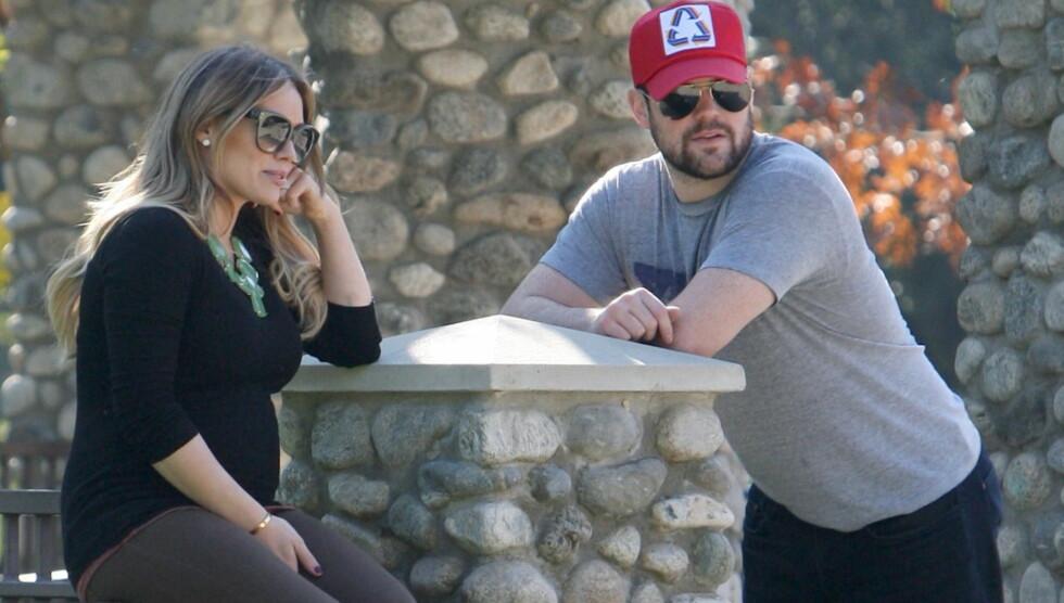 PUST I BAKKEN: Gravide Hilary Duff og ektemannen, den kanadiske ishockey-stjernen Mike Comrie, nøt en deilig dag i en park i Beverly Hills denne uken. Skuespillerens babymage var tydelig under den ettersittende genseren hennes.   Foto: All Over Press