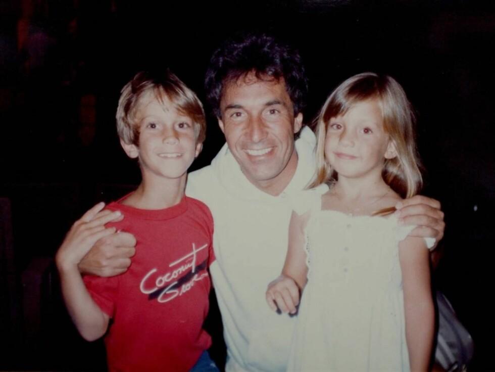 SMILER FOR KAMERA: Bill Hudson på besøk hos datteren Kate Hudson og hennes bror Oliver etter skilsmissen. Foto: Stella Pictures