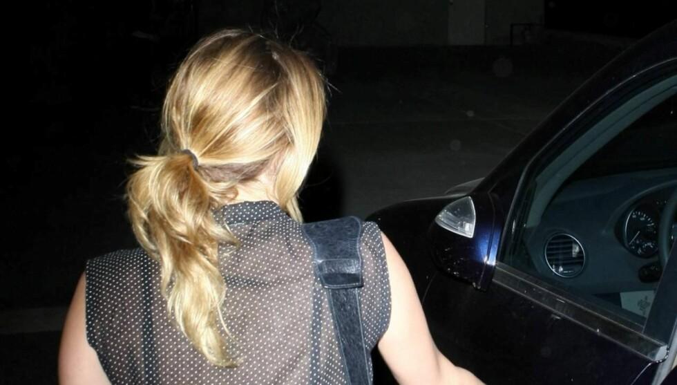 GJEMTE SEG: Miley Cyrus var ikke spesielt glad for oppmerksomheten fra fotografene da hun var ute og shoppet med venner i Los Angeles onsdag. Foto: All Over Press