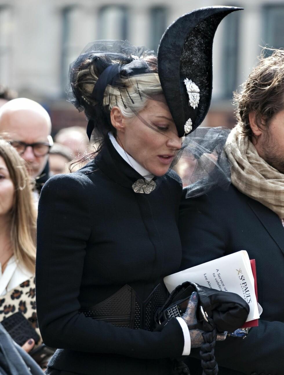 SØRGET: Her er Daphne fotografert på vei til sin gode venn Alexander McQueen sin begravelse i september i fjor.  Foto: Stella Pictures