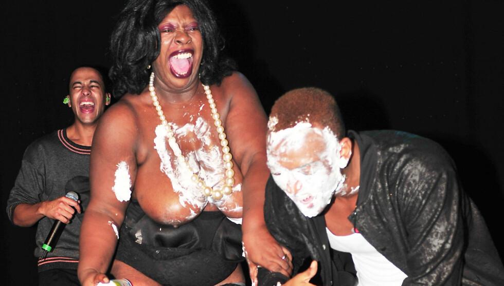 FIKK IGJEN PUSTEN: En sjokkert og kremdekket Ortisé Williams fikk seg litt av en overraskelse fra de andre boybandgutta. Foto: Stella Pictures