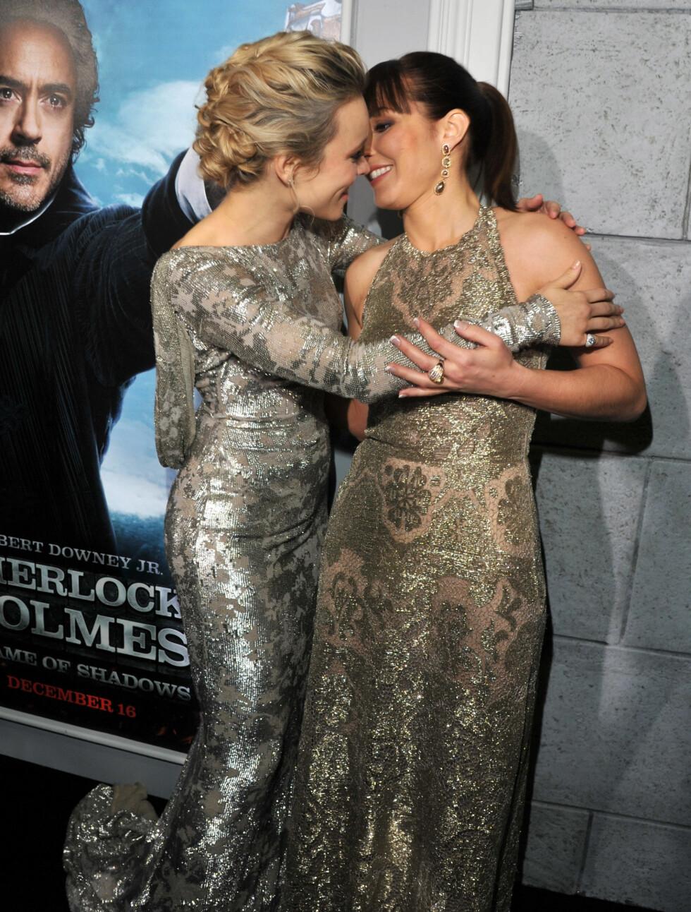 GODE VENNER: Rachel McAdams og Noomi Rapace stilte i matchende kjoler på filmpremieren i Los Angeles, men så ut til å komme svært godt overens på tross av kjolekræsj.  Foto: All Over Press