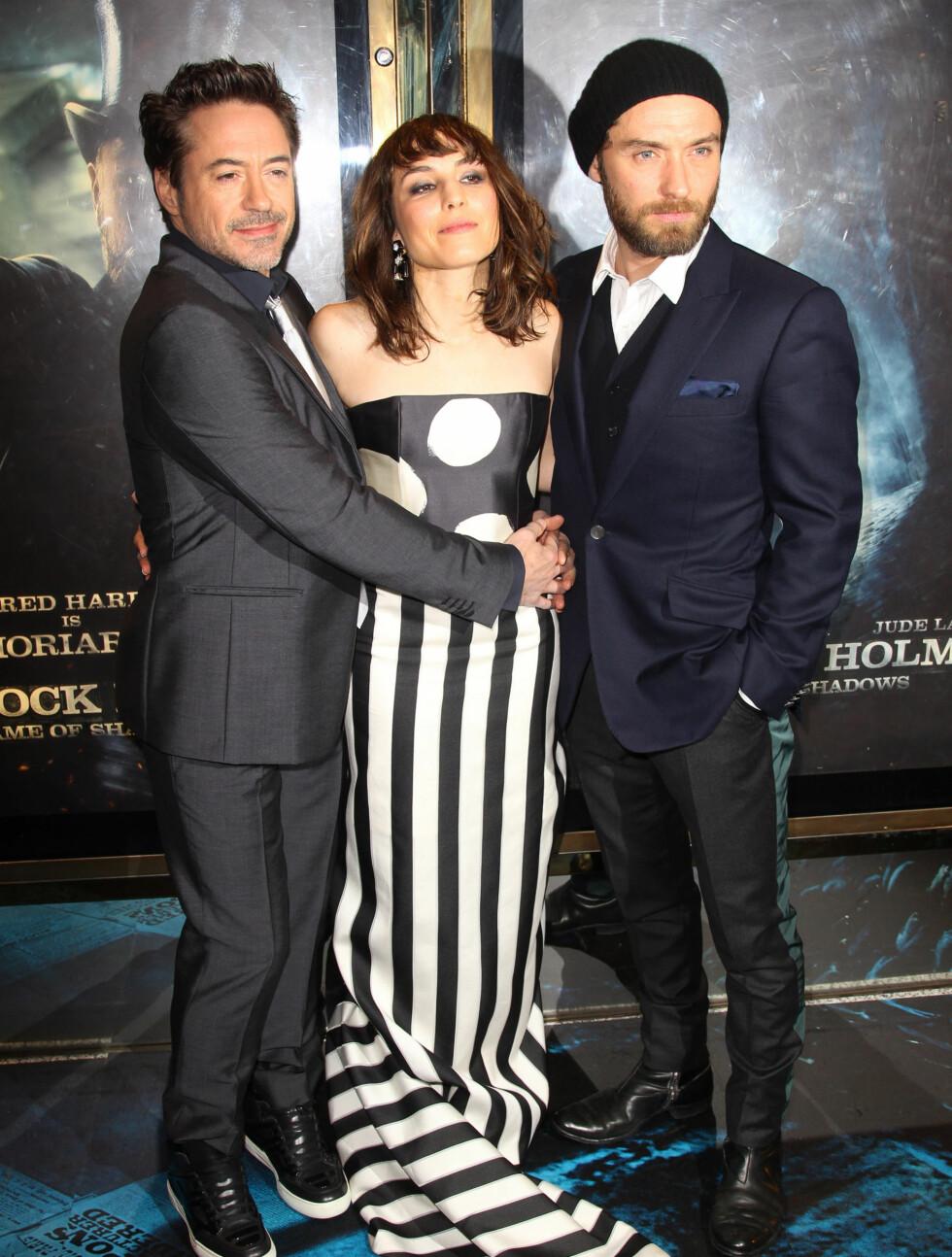 FLOTT TRIO: Robert Downey Jr. og Jude Law har tydeligvis lagt sin elsk på Noomi Rapace etter at de har spilt inn film sammen. Foto: All Over Press