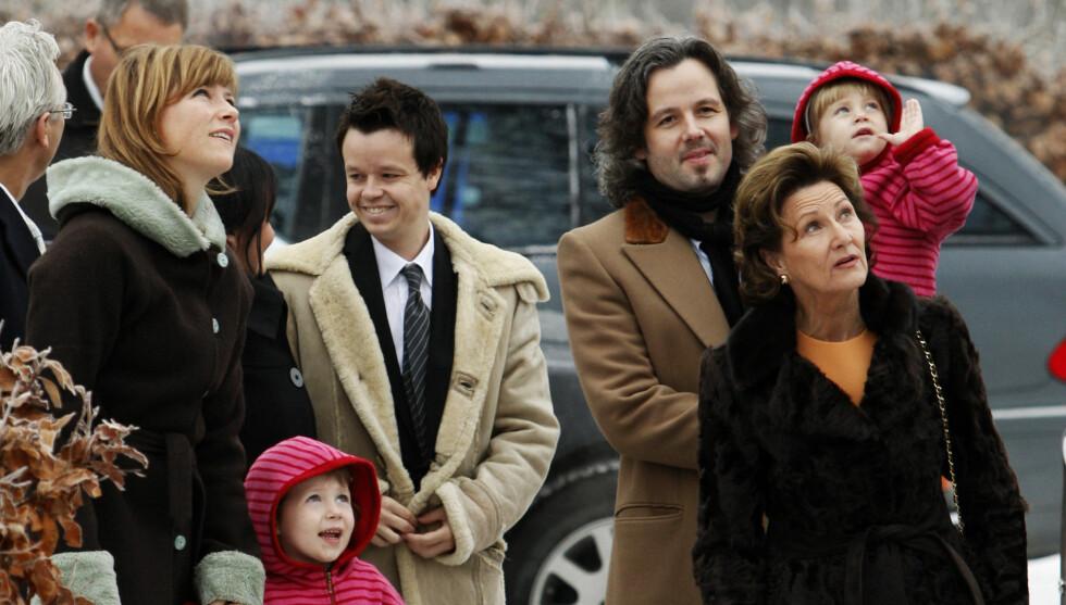 FULL FAMILIEJUL: Prinsesse Märtha Louise (t.v) understreker at de aller beste juleminnene er de som blir til når familien er sammen. I år skal prinsessen og ektemannen Ari Behn (t.h) feire jul med døtrene Maud Angelica (8), Leah Isadora (6) og Emma Ta Foto: Scanpix