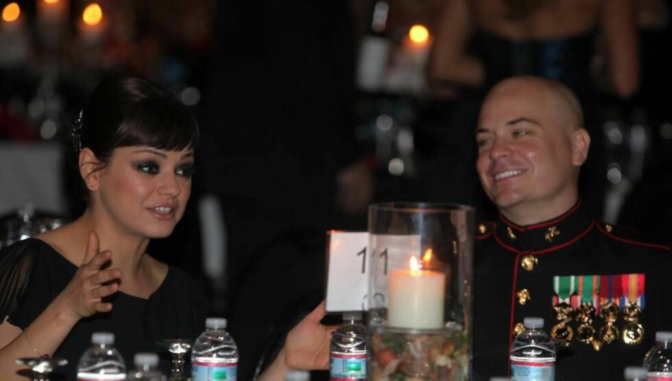 SMELLVAKKER: Det er nok mange som misunnet sersjant Scott Moore daten han hadde med seg til marineballet. Foto: All Over Press
