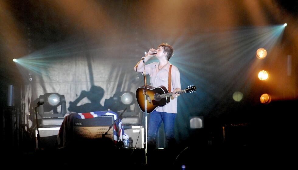 <strong>GLAD I EN DRAM:</strong> Pete Doherty sliter med alkohol- og narkotikaproblemer, og mange vil ha det til at det er nettopp dette som er grunnen til at musikeren hallusinerer Amy Winehouse-gjenferdet. Foto: STELLA PICTURES