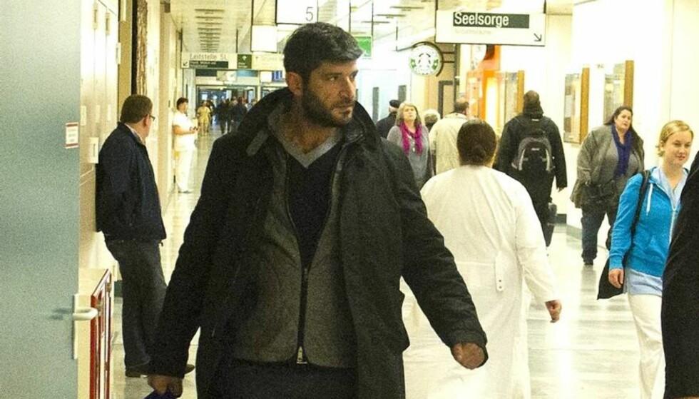 <strong>TROFAST:</strong> Frisør Fadi Fawaz står trofast ved partner George Michaels side mens han er på sykehuset. Foto: All Over Press