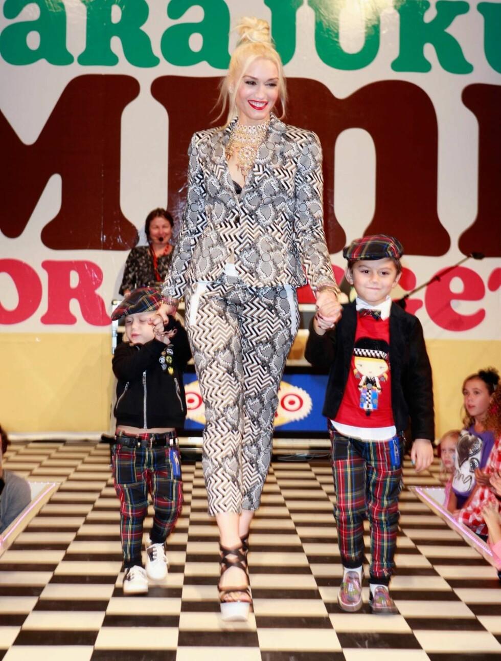 CATWALK: Gwen Stefani tok med sønnene Zuma (t.v.) og Kingston på catwalken da hun nylig lanserte sitt nye barneklesmerke «Harajuku Mini» i Los Angeles. Foto: All Over Press