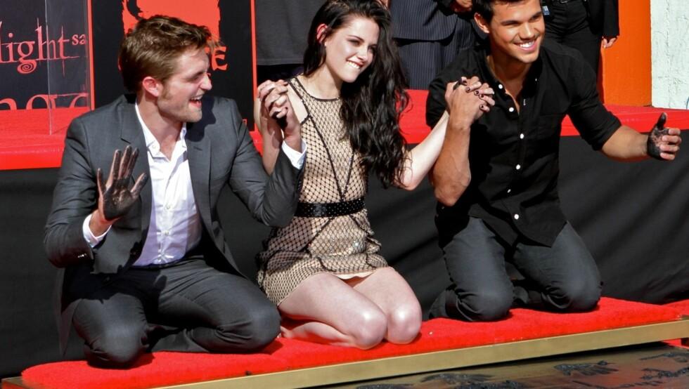 """<strong>STRJERNELIV:</strong> """"Twilight""""-trioen Robert Pattinson (t.v.), Kristen Stewart og Taylor Lautner har alle oppnådd stjernestatus. Her blir gjengen foreviget på Hollywood Boulevard. Foto: All Over Press"""