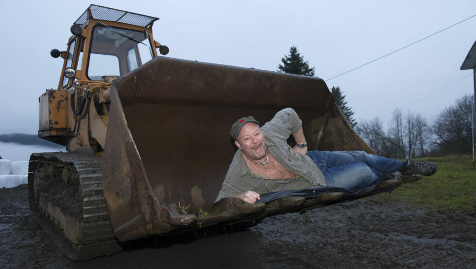 Geir Schau fikk en lysende idè. Han ville bytte bort en kulepenn, for så å sitte igjen med en splitter ny bil, som så skal gis bort til et veldedig formål. Han har nå holdt på i flere uker, og har nå byttet bort 175 timer med graving mot en beltes Foto: Geir Egil Skog/Se og Hør