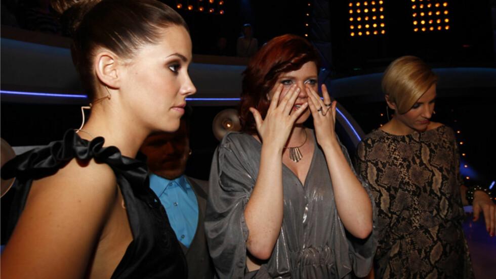 FORBANNA: «Idol»-dommer Marion Ravn (t.v) sier til programleder Guri Solberg at det er helt katastrofalt at Kirsti Sørlie Hansen (midten) har røket ut av konkurransen. 25-åringen imponerte dommerne stort med sine sangtekniske prestasjoner, men TV-see Foto: Stella Pictures