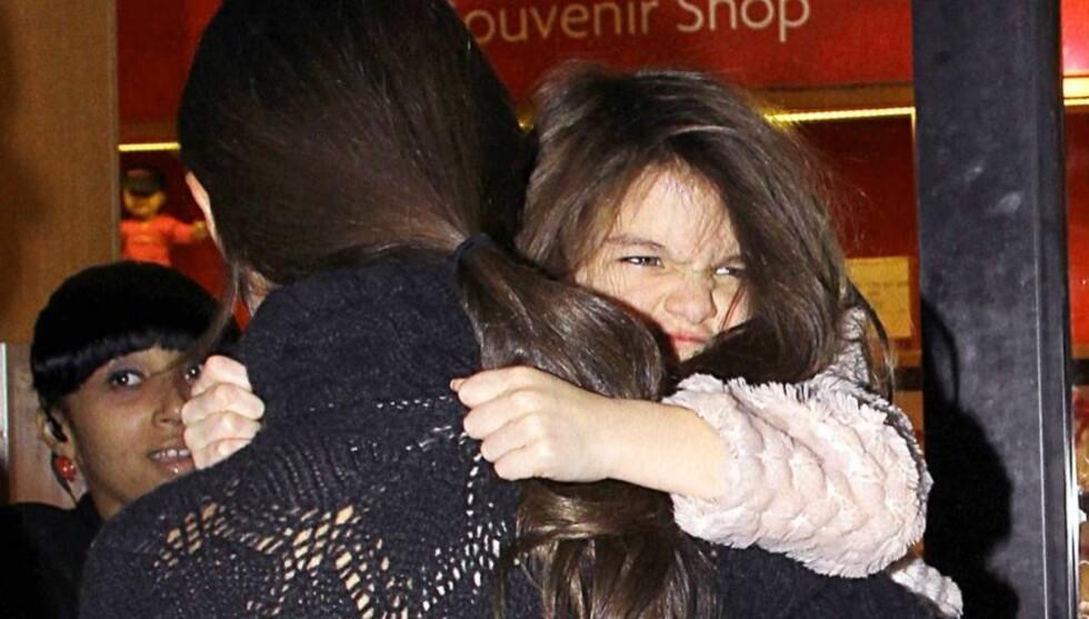 <strong>MISFORNØYD:</strong> Vesle Suri Cruise stråler vanligvis om kapp med sola, men hadde en dårlig dag, da hun tirsdag var med mamma Katie Holmes på tur i New York. Foto: All Over Press