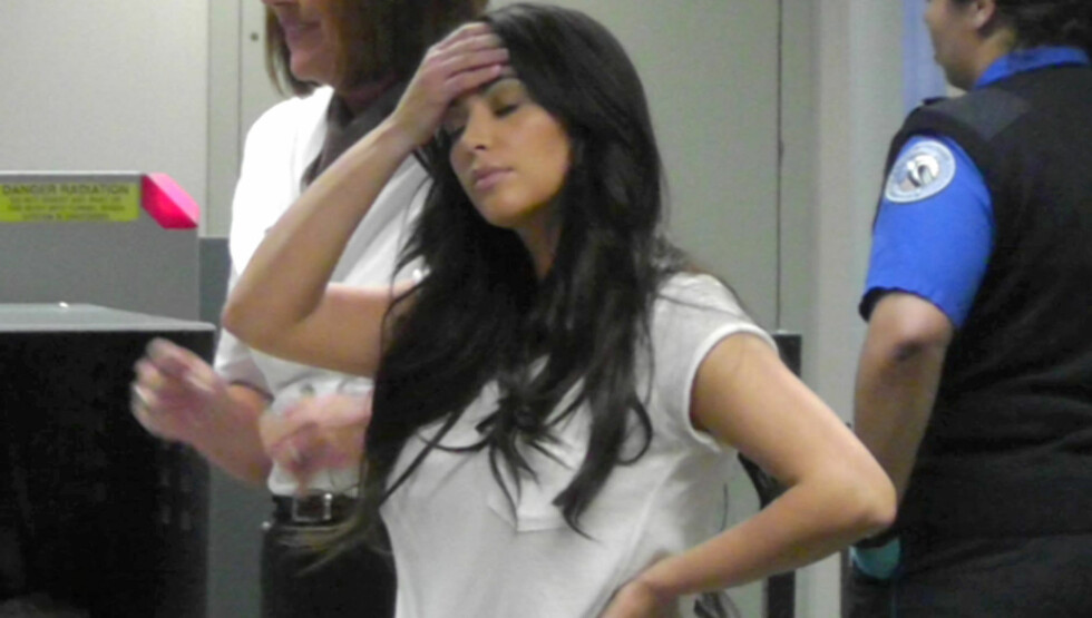 SLITEN: Kim Kardashian så svært sliten og trøtt ut da hun viste seg offentlig for første gang etter at bruddet med ektemannen Kris Humphries ble kjent.  Foto: All Over Press