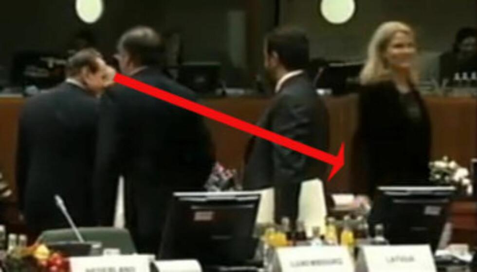 «ELEVATROBLIKKET»: Silvi Berlusconi ser etter, så ned, etter å ha hilst på Danmarks stasminister Helle Thorning under EU-toppmøtet i Brussel i Belgia. Foto: Fra Ekstra Bladets video