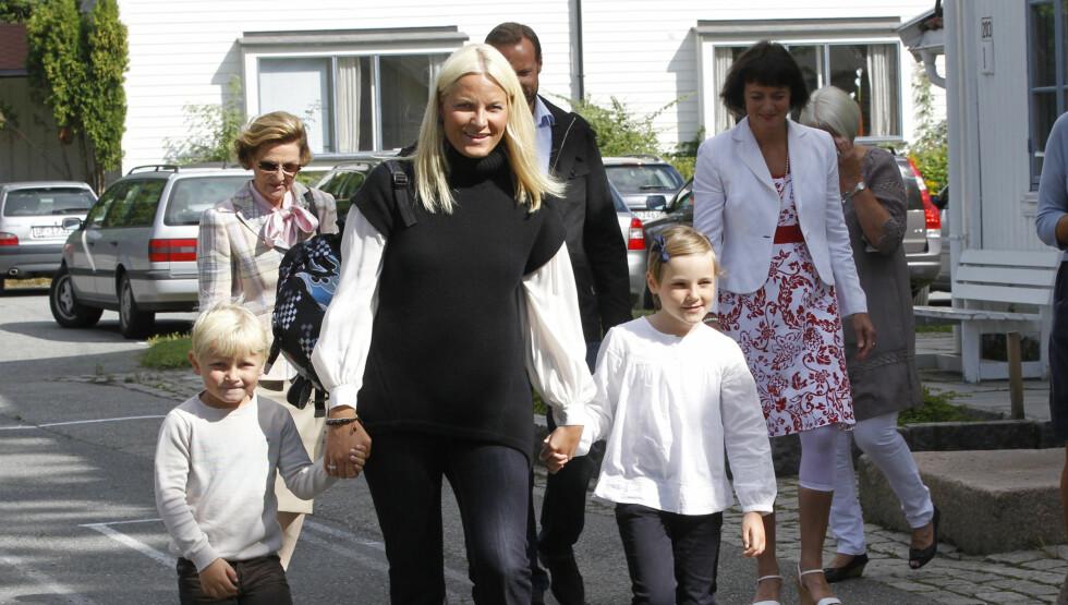 BARNA ER SYKE: - Kronprinsessen dukket ikke opp på grunn av syke barn, forteller kommunikasjonssjef på Slottet, Sven Gjeruldsen til Seher.no. Her er Mette-Marit avbildet sammen med barna, prinsesse Ingrid Alexandra og prins Sverre Magnus. Foto: Scanpix