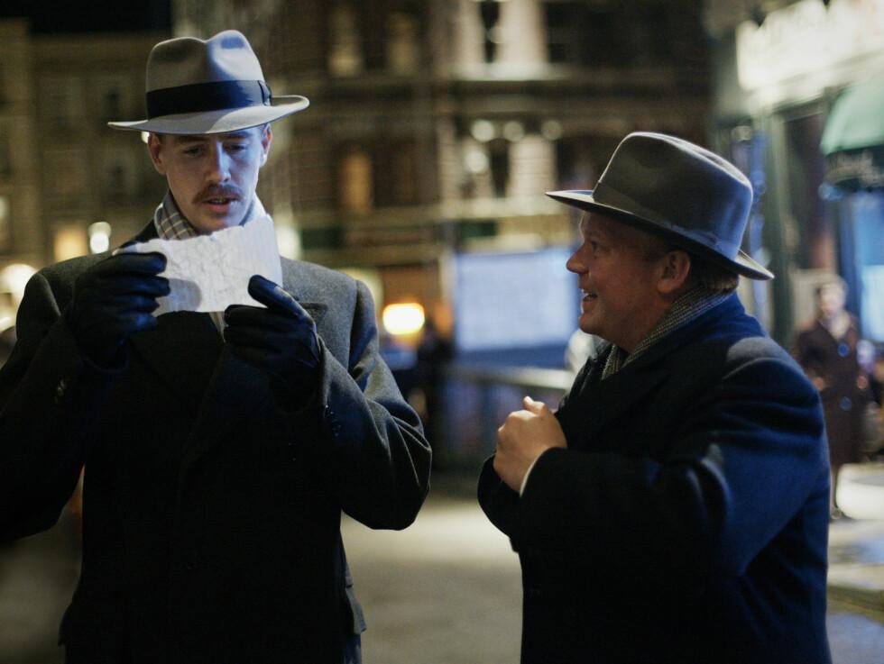 <strong>I NEW YORK:</strong> Pål Sverre Valheim Hagen og Anders Baasmo Christiansen (spiller Heyerdals nestkommanderende Herman Watzinger) på besøk i New York i filmen. Foto: Filmweb
