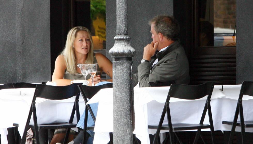MYSTISK BLONDINE: Her er Clarkson fotografert med en ukjent kvinne. Det hevdes stjernen har hatt forhold til flere kvinner de siste årene. Foto: All Over Press