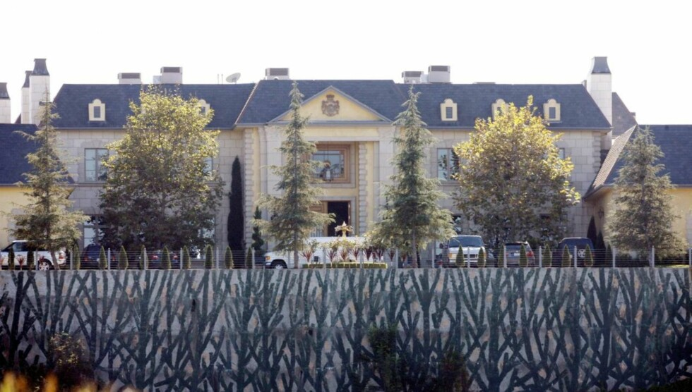 HEMMELIGHETSKREMMERI: Sikkerhetstiltakene var på topp da Lindsay ifølge flere amerikanske medier begynte på fotoshooten til Playboy i i denne luksusvillaen forrige helg. Foto: All Over Press