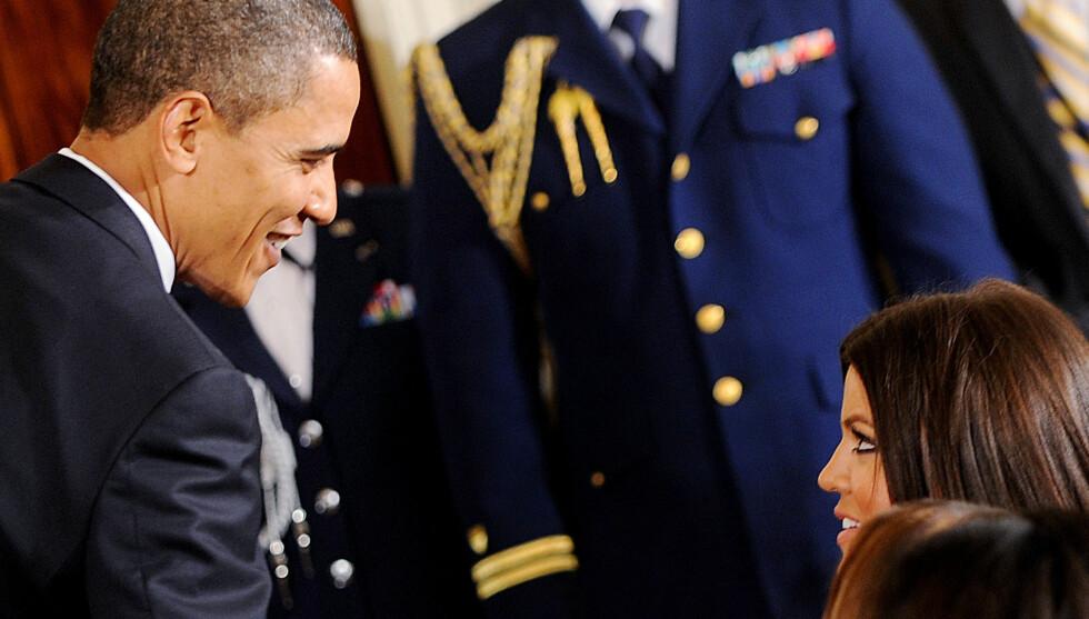 MØTE: President Barack Obama hilser på Khloe Kardashian da hun var på besøk i Det hvite hus, da Los Angeles Lakers vant NBA. Men Obama har lite til overs for Khloe og hennes søstre på TV. Foto: Stella Pictures