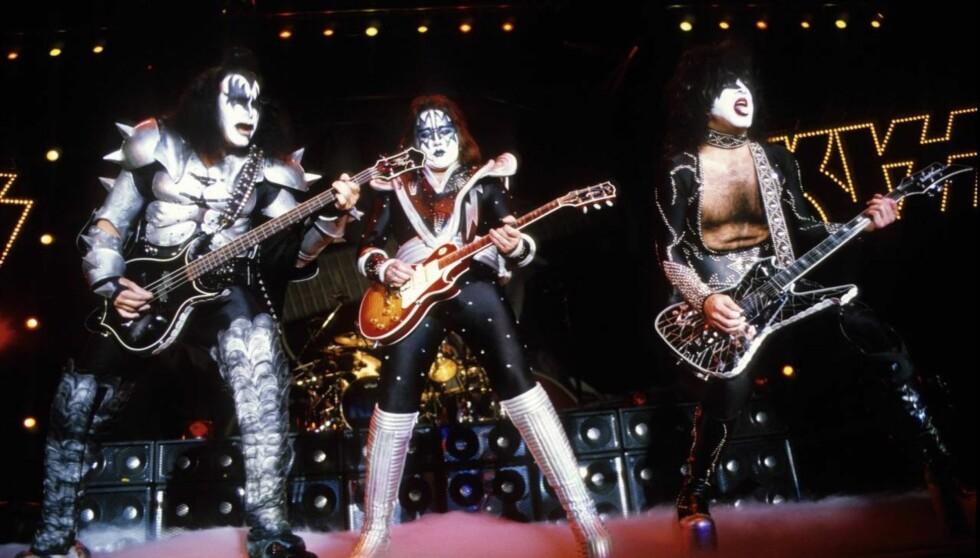 TIDLIGERE BAND-KAMERATER: Gene Simmons og Ace Frehley sammen på scenen som Kiss. I bakgrunnen til høyre Paul Stanley. Foto: Stella Pictures