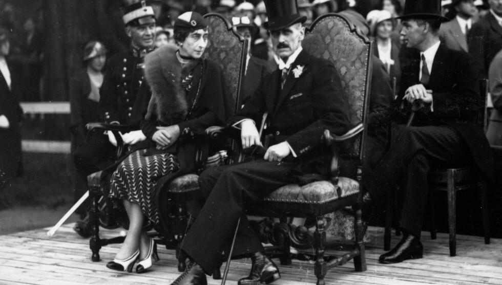 DØDE AV KREFT: Kong Haakon og dronning Maud er tilskuere til de store festspill på Akershus festning i 1933,  til inntekt for vedlikehold av det gamle slottet. Fem år seinere døde dronningen av det som skal ha vært kreft. Foto: SCANPIX