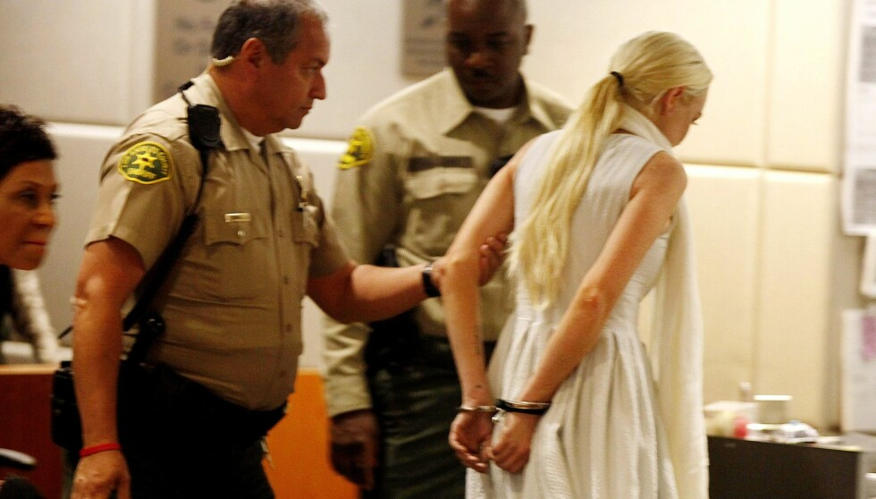 FØRT BORT: I forrige uke ble Lindsay lagt i jern da prøveløslatelsen hennes ble annullert. Nå må hun gjennomføre samfunnstjeneste på det lokale likhuset.  Foto: All Over Press