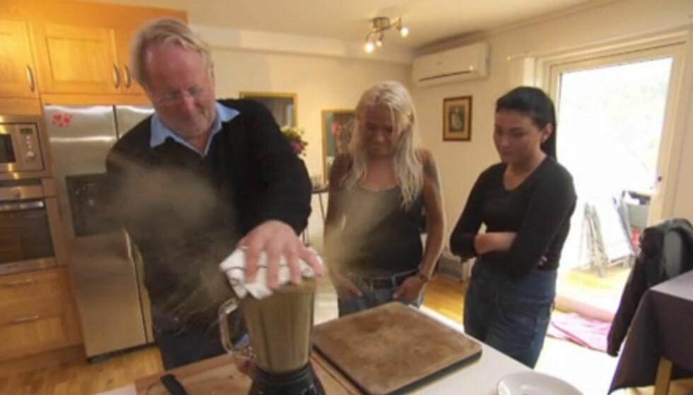 <strong>TIL ALLE KANTER:</strong> Alt går ikke etter planen når Hellstrøm tar blenderen i bruk i torsdagens episode av «Hellstrøm rydder opp hjemme». Foto: TV3