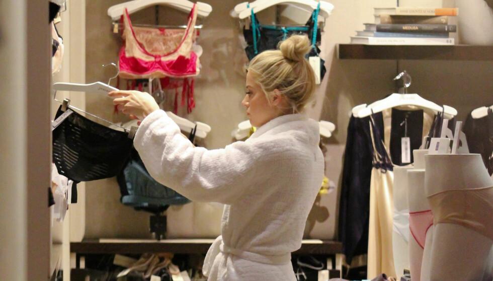 UTHOLDENDE SHOPPER: Amber Heard brukte en hel time på å fylle en liten shoppingbag med gaveinnpakket undertøy. Foto: Stella Pictures