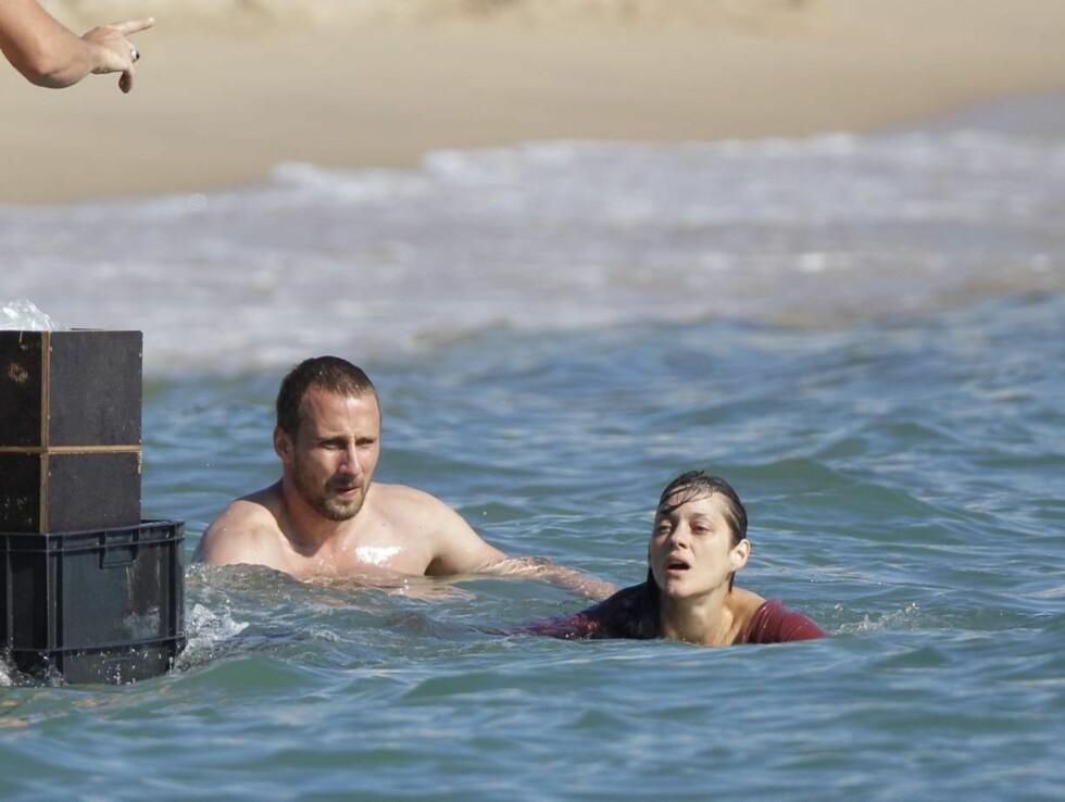 PÅ SVØMMETUR: Den franske filmstjernen i aksjon foran kamera med en mannlig kollega. Foto: Stella Pictures