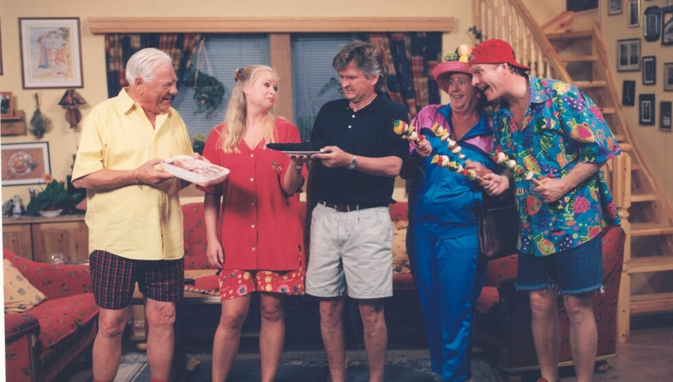 STOR SUKSESS: Sven Nordin (t.h.) gjorde sammen med blant annet Arve Opsah, Siw Anita Andersen, Nils Vogt og Liv Thorsen stor suksess på 90-tallet med TV-serien «Mot i Brøstet». Foto: TV 2