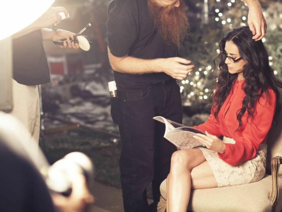 JULESTEMNING: Demi Moore poserer blant annet i en julerødskjorte for å lokke kundene til butikkjeden Ann Taylor. Foto: All Over Press