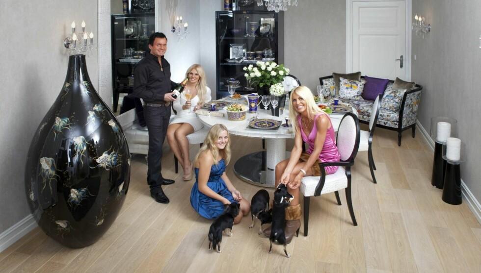 TIL SALGS: Dag Høili selger sin 246 kvadratmeter store luksusleilighet i Bygdøy allé i Oslo. I fjor skilte han seg fra kona Siw. Her er de ved en tidligere anledning med hennes døtre Charlotte og Julie Victoria.   Foto: Espen Solli
