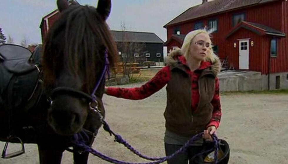 TERAPI: Bente  fra Trondheim mener at den daglige kontakten med hestene har fungert som terapi for å komme over sorgen. Foto: TV 2
