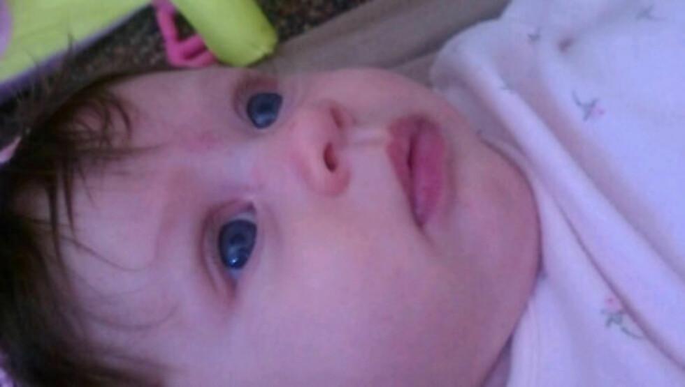 SØT: Lille baby Kailani Merizalde har arvet pappas blå øyne og mammas mørke hår. Foto: Alexis Knapp/Twitter