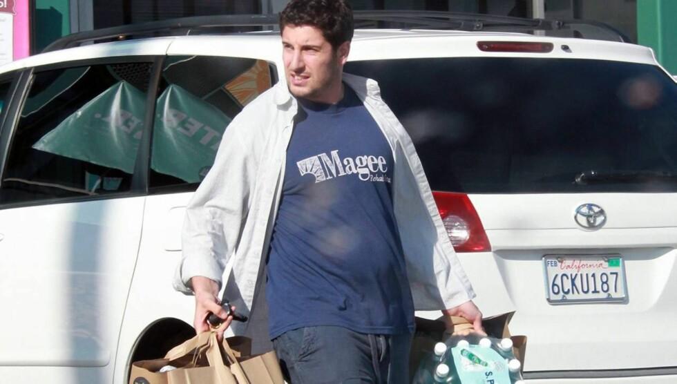 <strong>NÅ:</strong> En noe rundere Jason ble knipset på vei ut av matbutikken i LA i forrige uke.