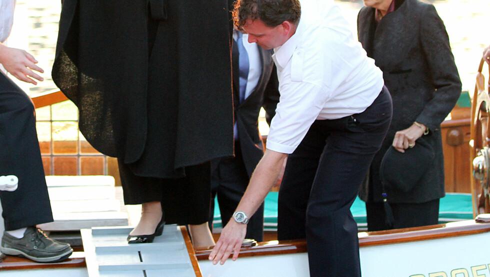 <strong>TRÅKKET FEIL:</strong> Dronning Beatrix var nær ved å miste skoen da hun tråkket feil. Foto: Stella Pictures