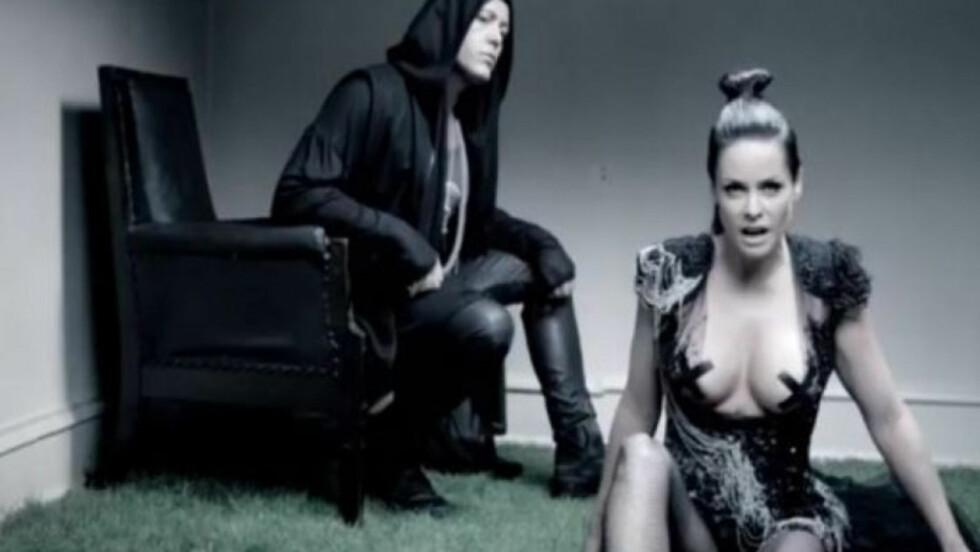 <strong>LETTKLEDD:</strong> I musikkvideoen til sangen «Playmate to Jesus» viser Nystrøm seg lettkledd. Foto: YouTube